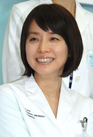 白衣を着てイベントに参加している石田ゆり子