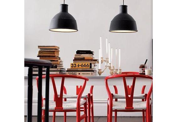 Inspiração do dia: Contemporâneo toque de cor #wishbone #living #table #light