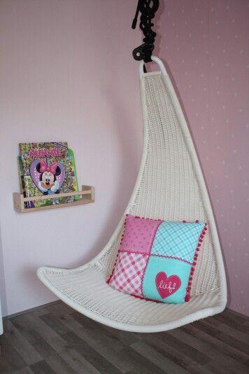 Mijn meisje haar kamer! Lekker lezen in de kinder hangstoel van Ikea. Kruidenrekje als boekenplank.