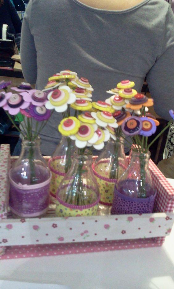 Vasinhos com flores de botão