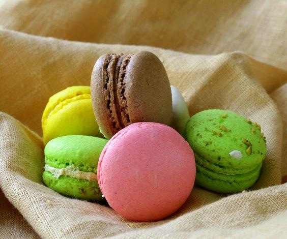 Los macarons decoran los escaparates de cientos de pastelerías en todo el mundo. Son unas pastas clásicas que además de adornar saben a gloria. http://blogviajescarrefour.com/sabores/10-pasteles-franceses