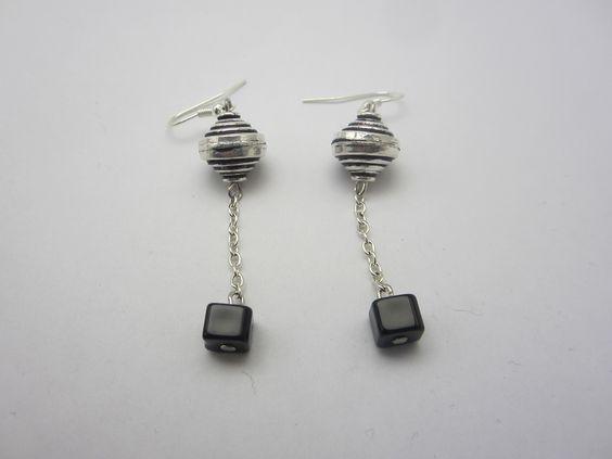 Boucles d'oreilles ethniques perles pyramide double et perles cubes : Boucles d'oreille par mogs-creations