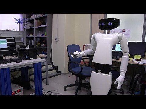 Instituto Italiano de Tecnologia cria robô mordomo - YouTube