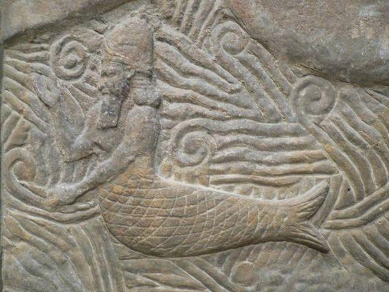 Sumerian carving of a merman, Louvre. Ook zeemeermannen bestaan, op papier of gesneden uit hout.: