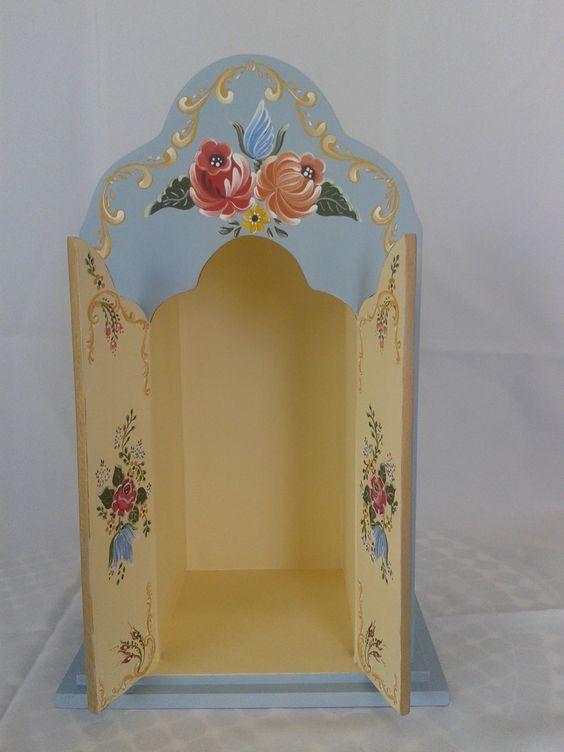 Oratório em MDF, confeccionado em Pintura Bauern (pintura campestre Alemã), com vidro para proteger a imagem. <br>A porta do mesmo é fixa. <br>Medida Interna: 26cm x 11 cm
