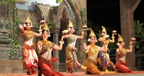 Đặc trưng của múa Apsara là một vũ nữ chính cùng một nhóm vũ nữ biểu diễn