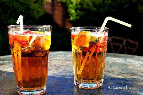 Le Pimm's mode d'emploi - une bouteille de Pimm's - de la limonade - un concombre - des fruits: fraises, framboises, pommes oranges, citrons, myrtilles… - de la menthe fraîche
