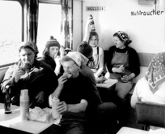 Arbeiter auf dem Land beim Frühstück, Sonnenberg, 1980:  Das mit dem Bier habe...