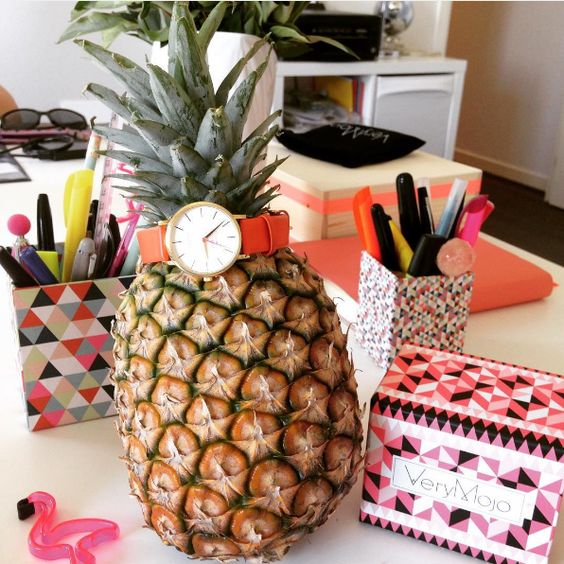 Notre nouvel accessoire deco au bureau : l'ananas 🍍🍍🍍 Vous aimez ?  #verymojo #verymojostudio #verymojooffice #deco #office #pineapple #ananas #flamingo #webster #thewebstermiami #watch #montre #crazyteam #goodvibesonly #summer #goodmood ► www.verymojo.com ◄