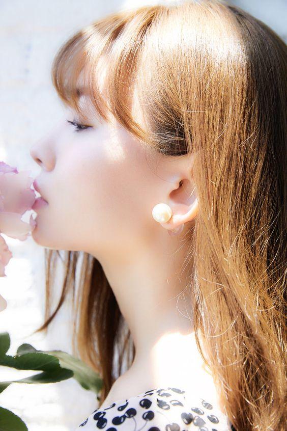 陽射しを浴びた横顔のかわいい小嶋陽菜