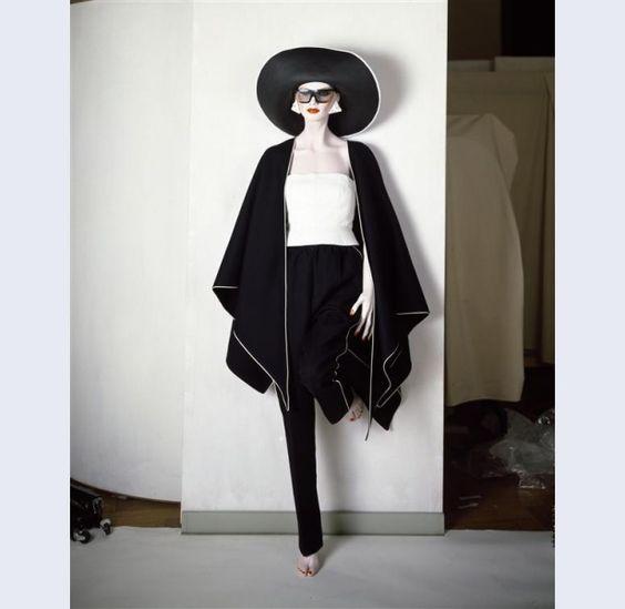 Frans Molenaar [1940- ...] (ontwerper) Broekpak van zwarte dubbelgeweven wol, bestaande uit lange broek en poncho met top van wit leer Amsterdam 1983 wol leer kunststof metaal Gemeentemuseum Den Haag: 0556870
