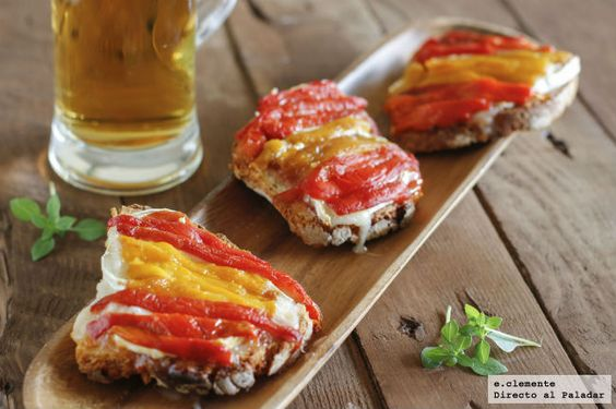 Tostas de mermelada de tomate, queso de cabra y pimientos