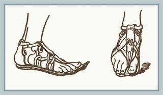 Zapatos y sandalias:  En casa llevaban las soleae  (sandalias), que se distingían de las masculinas por sus decoraciones sobrecargadas, con la utilización de piedras y perlas (evidentemente esto solo se aplica a las mujeres patricias, las romanas corrientes llevarían unas más bien simples). Para el exterior utilizaban los calcei, estas fabricadas con una piel más suave y fina que la de los hombres. Solían ser blancos o de vivos colores. Para el invierno, la suela podía ser de corcho.