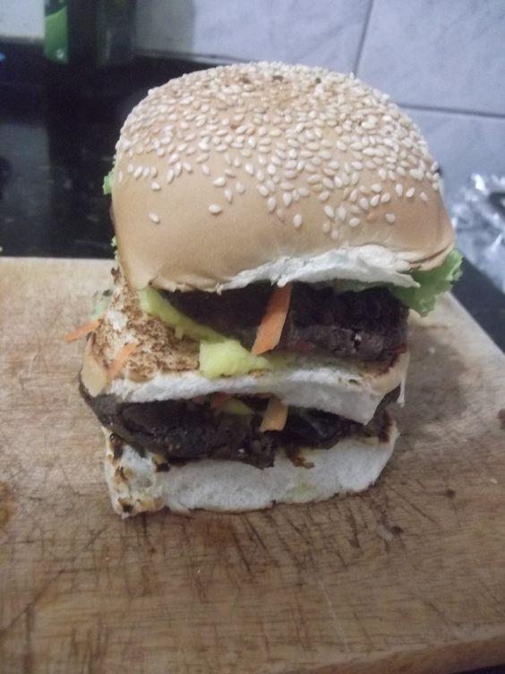 2 Hamburguer de feijão preto; cenoura ralada; alface; maionese de batata e mostarda; chucrute; milho