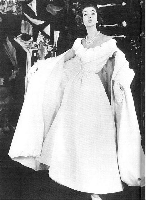 Foto 17Suzy Parker vestindo vestido de noite branco de Dior com xaile de harmonização de 1954