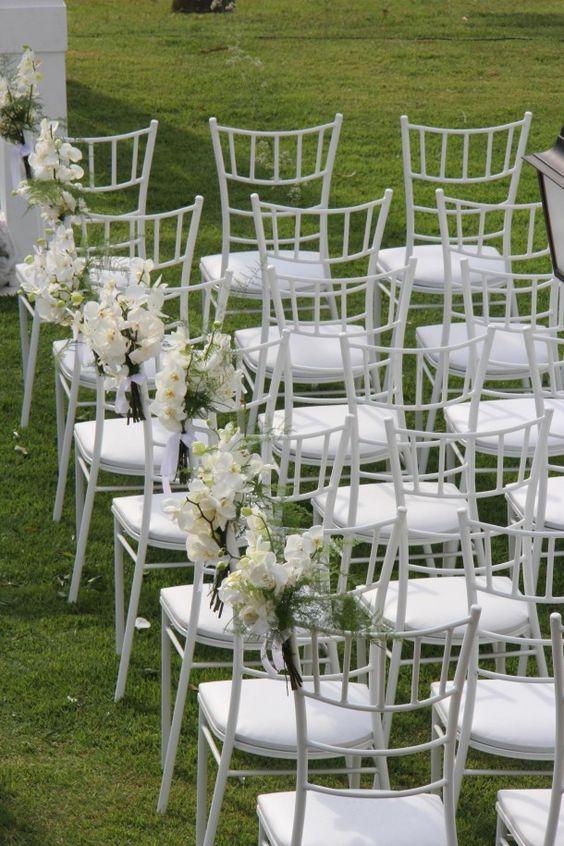 yonezawa locações: Quer dar um BUMM ainda maior na decor com as cadeiras?Experimente decorá-las! Boas ideias incluem decor com flores, fitas trançadas ou amaradas no encosto, laços de tule ou de renda nas costas da cadeira.