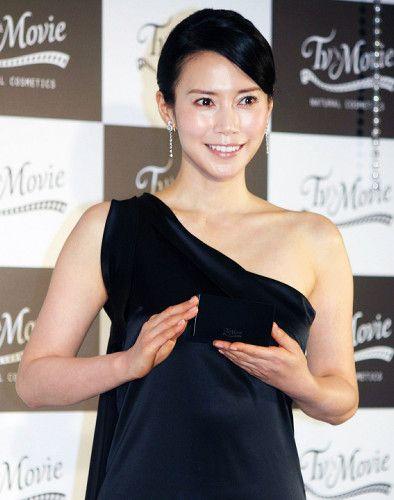 中谷美紀デコルテを強調する美しいドレス姿