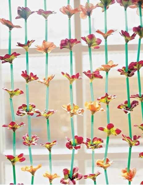 cortina de canudos e flores artificiais