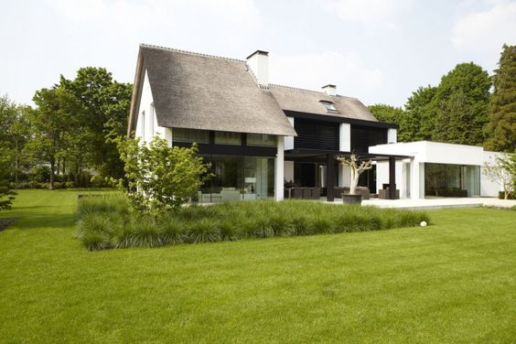 Home tes and home exteriors on pinterest for Modern huis binnenhuisarchitectuur villas
