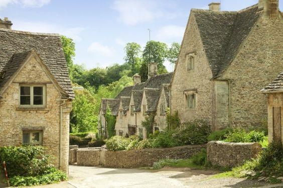 Bibury dans les Cotswolds, Royaume-Uni Un village pittoresque situé au sud-ouest de l'Angleterre connu pour ses cottages du 17e siècle.  - © iStockphoto