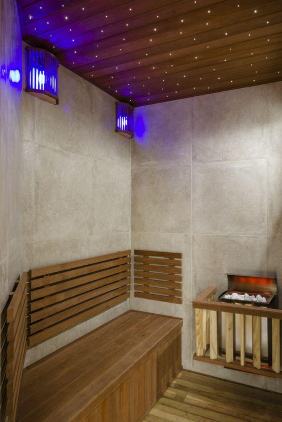 O banheiro da piscina, virou uma deliciosa sauna, com direito a um céu estrelado! #sauna #granja_viana 55 11 2532-5654