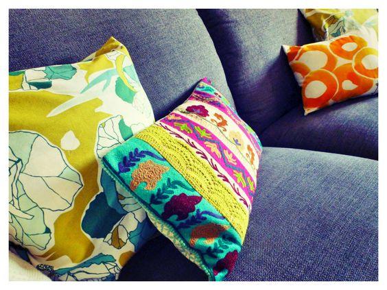 Mit Kissen in verschiedenen Farben, Mustern, Formen und Texturen kann man zuhause gezielte Akzente setzen. Welche unterschiedlichen Effekte das haben kann, zeigen die folgenden Beispiele.
