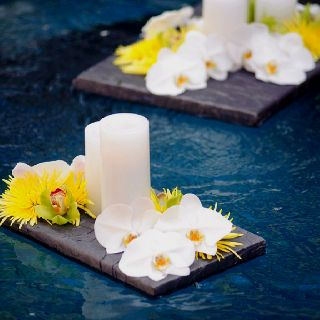 Having a wedding in your backyard near the pool buy planks and float beautiful flowers and lit for Floating candles swimming pool wedding