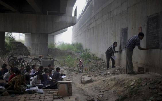 26 OF THE MOST TOUCHING PHOTOS EVER TAKEN! Homeless and impoverished children living in New Delhi, India, receive a free education from two volunteer teachers.