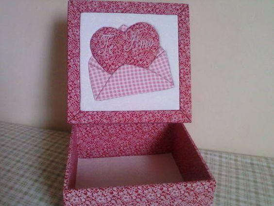 Caixa em MDF revestida com tecido (algodão)  Técnica: Patch sem agulha/Carton Mousse  Pode escolher a cor da Caixa R$ 42,00