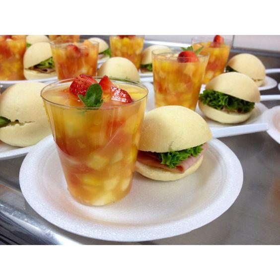 Salpicon de frutas en jugo de piña infusionado con hiebabuena y naranja/mini sandwich de jamon y queso con miel mostaneza