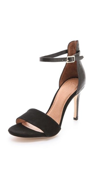 These just might be THE perfect black pumps for summer.