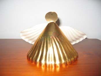 Anjinho realizado com prato de papel dourado.