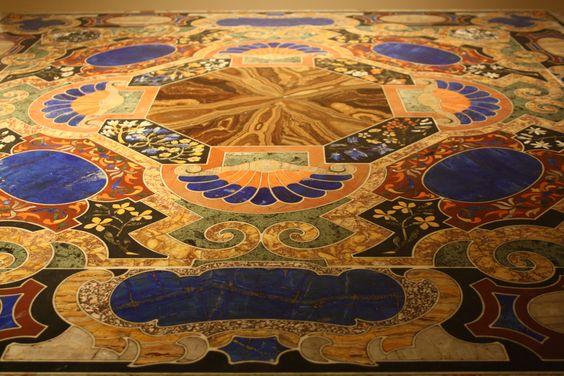 Piano d'appoggio in marmo di diverso colore di un tavolo quadrato