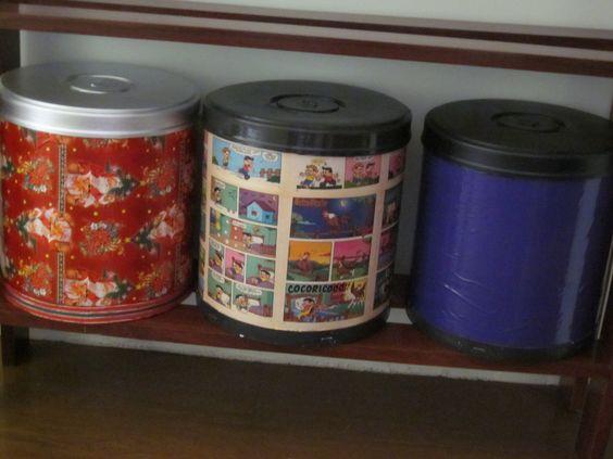 Barricas de massa corrida forradas 1- com papel de presente de Natal (guardo bolinhas de Natal) 2- com folhas de gibis 3- com contat