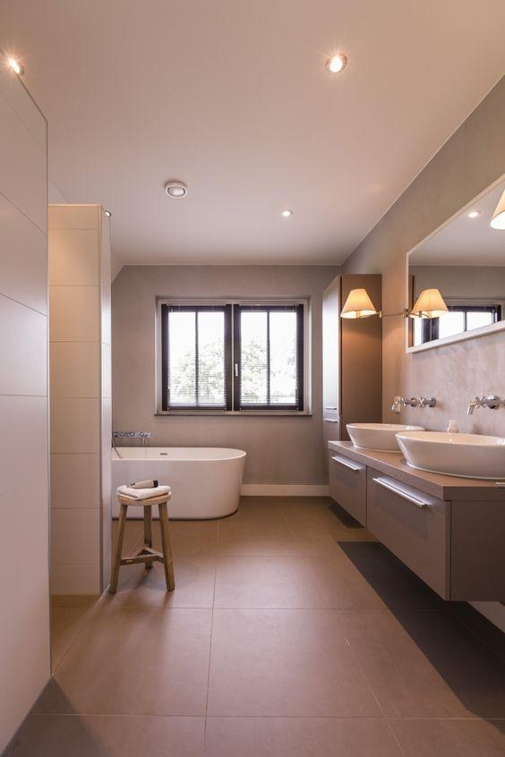 20170330 065602 badkamer losstaand bad - Bruine en beige badkamer ...