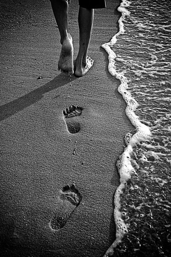 Caminho eternamente por essas praias, Entre a areia e espuma. A maré alta apagará minha pegadas, E o vento soprará a espuma. Porém o mar e a praia permanecerão eternamente. Kahlil Gibran: