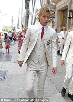 白スーツ本田圭佑さんです