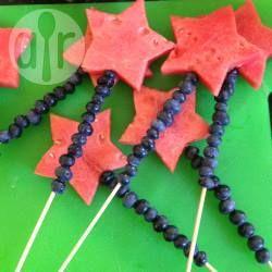 Fruchtspieße für den 4th of July oder auch als Zauberstäbe oder Feenstäbe für Harry Potter oder Feenparty. Das Rezept für die Obstspieße gibts auf Allrecipes @ de.allrecipes.com
