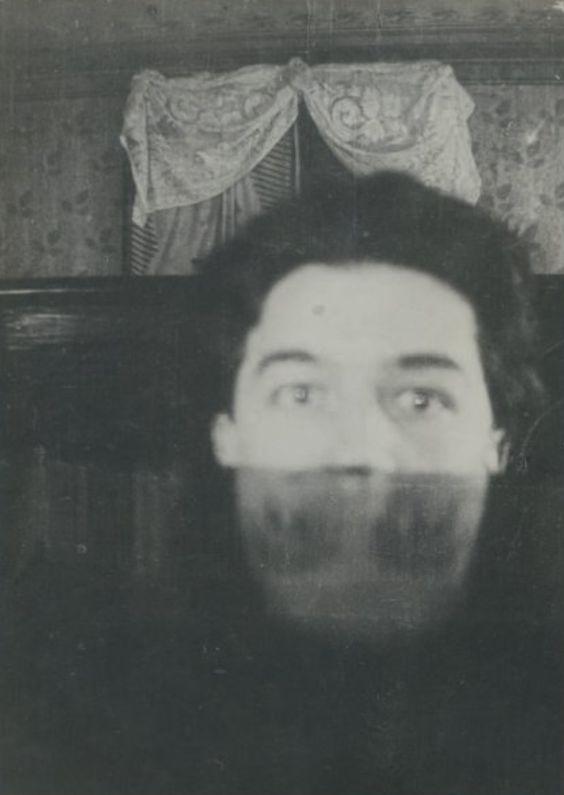 Photographie annotée au verso de la main de Valentine  Hugo « André Breton, 1920 ». Cette photographie, dont on ne connaît pas  l'auteur, a été reproduite dans le catalogue de l'exposition André  Breton, au centre Pompidou, en 1991.