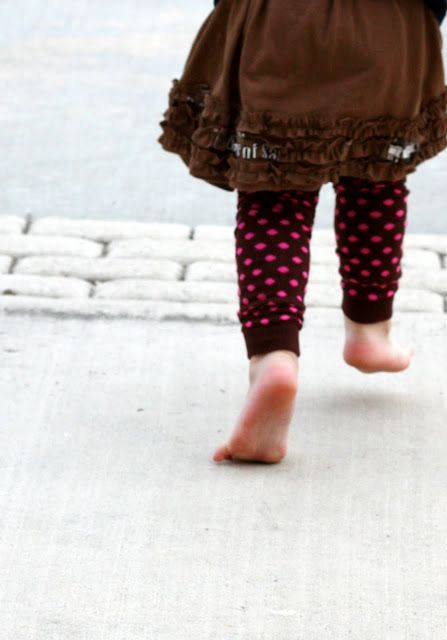THAT'S how you make those baby legs?? Super cute! I am definitely going to have to make some - Sew Much Ado: Tutorial: 10 Minute Toddler Leg Warmers.