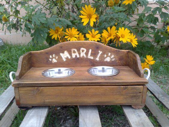 Comedero para perro pequeño, construido en madera de palet. Medidas 45 x 23 x 12 cm + 10cm (respaldo).