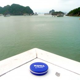 """NIVEA in Vietnam. Hier auf einer """"Dschunke"""" in der Halong Bay in Nordvietnam. In der Halong Bucht ragen nach offiziellen Angaben 1969 Kalkfelsen, zumeist unbewohnte Inseln und Felsen, zum Teil mehrere hundert Meter hoch, aus dem Wasser. Die Bucht wurde von der UNESCO zum Weltnaturerbe erklärt. Der Name der Bucht bedeutet: """"Bucht des untertauchenden Drachen""""."""