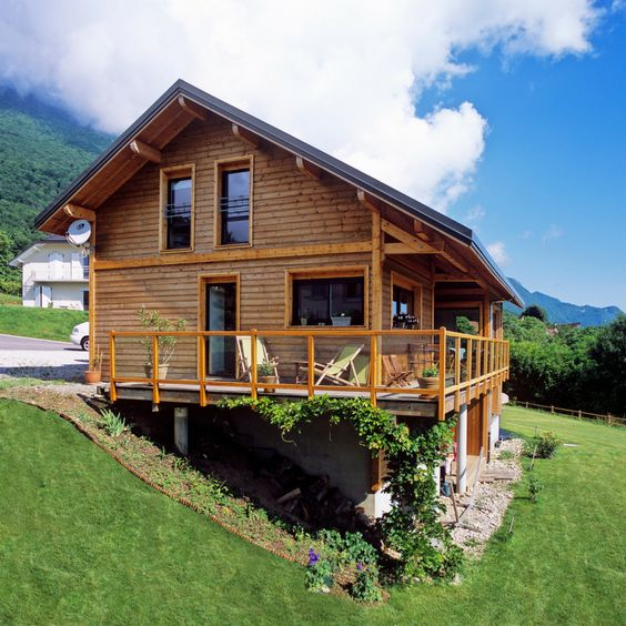 Très belle maison en ossature bois en Haute-Savoie, par #SCMC. Une jolie démonstration de la parfaite intégration d'une maison bois dans son environnement. On s'y verrait bien, non ?   #maisonscmc #maisonenbois #maison #constructeur #constructionbois #maisonossaturebois #maisonbbc #hautesavoie #architecture #immobilier
