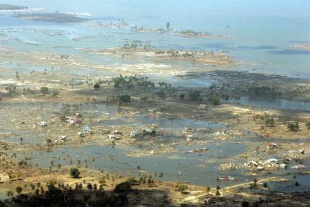 2004 - TSUNAMI NA INDONÉSIA  Em dezembro de 2004 um tsunami atingiu a Indonésia e mais 11 países e matou aproximadamente 220 mil pessoas. A origem foi um terremoto que chegou a 9,2 graus na escala Richter.