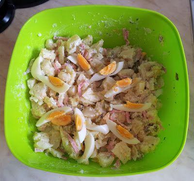 Kartoffelsalat nach Oma's Rezept: Pellkartoffeln in Stücke schneiden, mit Fleischsalat, saurer Gurke, Apfel-und Zwiebelwürfeln mischen.Etwas Gurkenwasser dazugeben. Mit Salz, einer Prise Zucker, Pfeffer, etwas Paprikapulver und Muskat abschmecken.