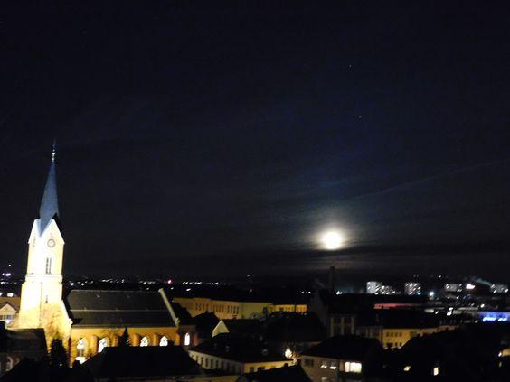 Die Wunderburg-Kirche mit Beleuchtung und Mond.