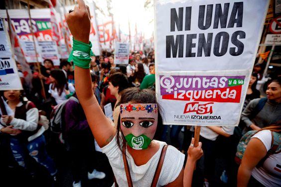 Mujeres manifestándose en Argentina el año pasado. (Emiliano Lasalvia/Agencia France-Presse - Getty Images)