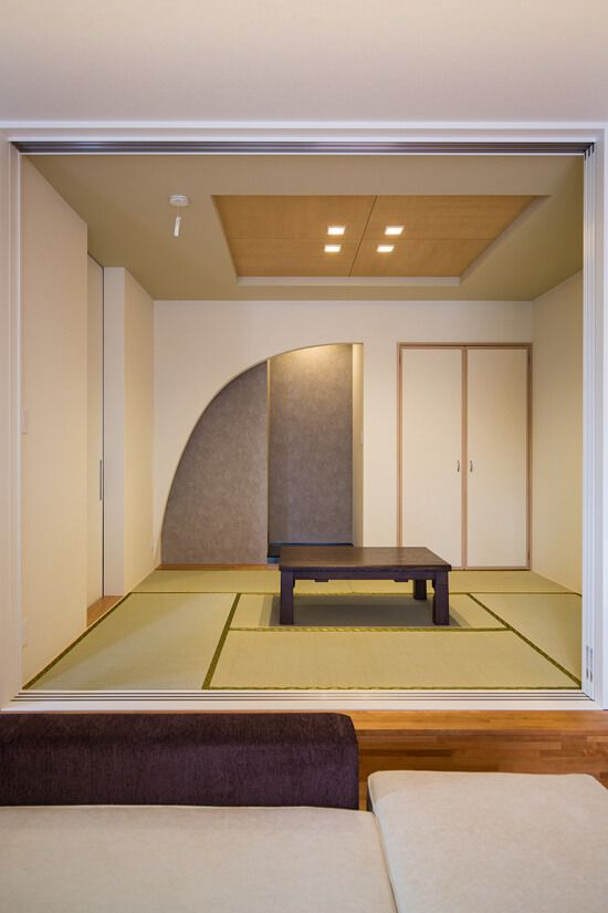 リビングとの続き間の和室は奥様のこだわり 純和風要素を多く取り入れ落ち着いた空間に 床の間のアーチの垂れ壁 天井の木目がアクセントになっています 家 住宅 和モダン インテリア リビング