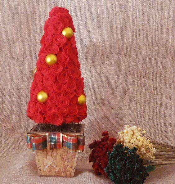 Árvore de Natal de flores de feltro vermelhas com bolas douradas <br> <br>Altura total de 42 cm x 15 de largura <br> <br>Cachepô de madeira