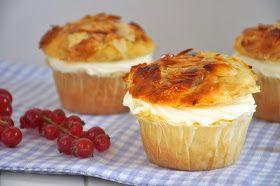 Bevor das sonnige Wetter da draußen wieder etwas schlechter wird, möchte ich euch unbedingt noch meine frühlingshaften Bienenstich-Muffin...